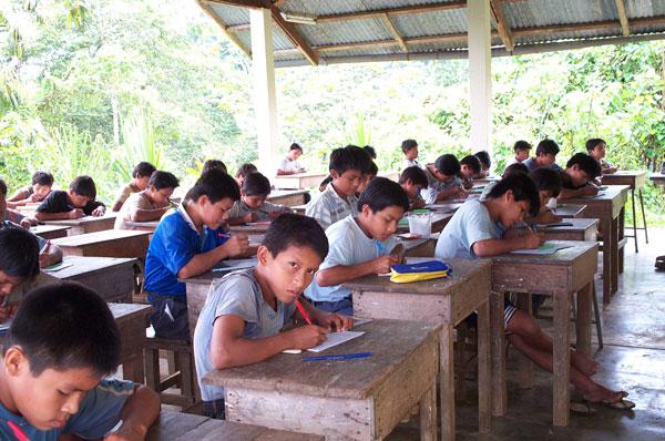 Élèves du collège à Yamakay-entsa au Pérou