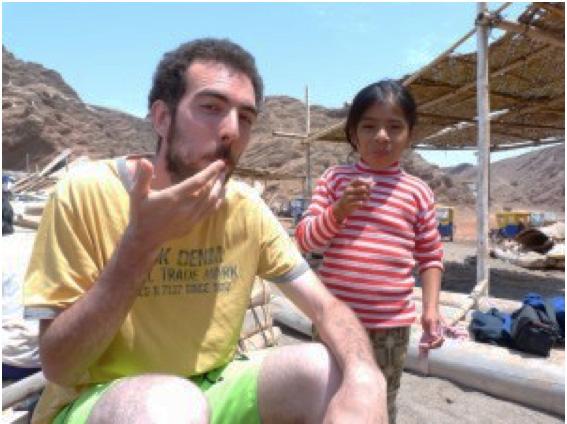 """Thomas, volontaire international inigo avec les enfants du village """"La Tortuga"""" à Piura au Pérou"""