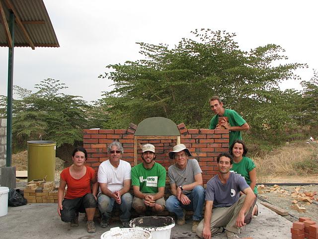 volontaires inigo avec équipe de l'usine filtres à Guayaquil en Equateur