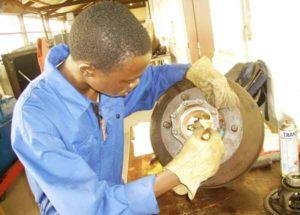 étudiant à l'atelier de mécanique de l'Istac au Congo