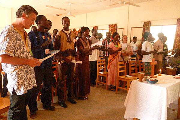Emmanuel, volontaire inigo au Tchad, partage la prière avec les Tchadiens