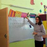 Laure-volontaire-inigo-en-Alger-donnant-cours-de-alphabetisation