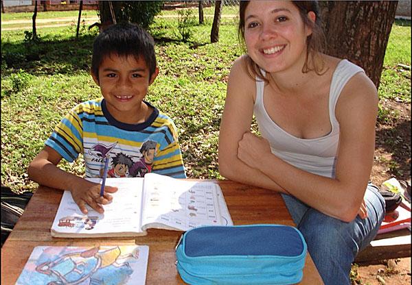 Marine-volontaire-inigo-au-Paraguay-accompagne-eleve-dans-ses-devoirs