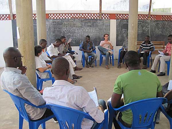 Matthieu-Devos-volontaire-inigo-avec-jeunes-centre-culturel-loyola-a-lome