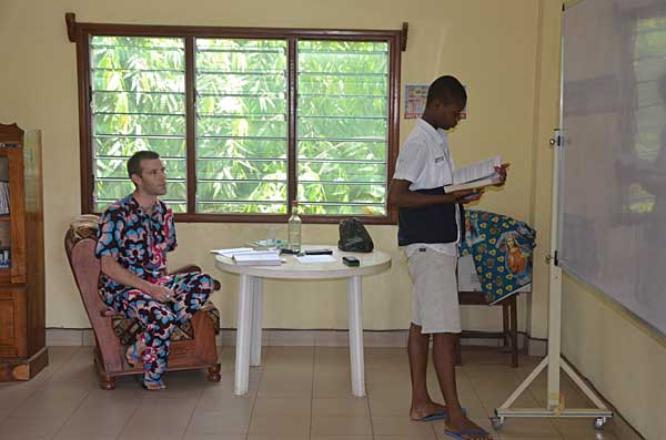 cours de chimie avec les élèves de Terminales S au CREC au Bénin