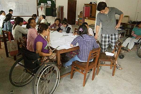Geoffroy volontaire international au Cambodge avec des élèves en classe de couture au centre Banteay Prieb