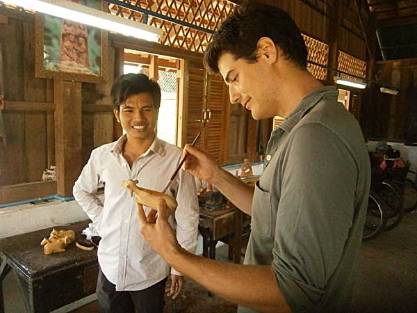 Geoffroy volontaire inigo au Cambodge avec maître sculpteur du centre Banteay Prieb
