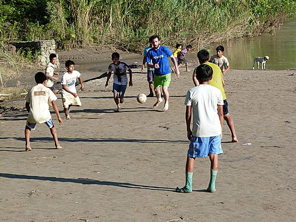 Thomas-charpentier-volontaire-inigo-jouant-au-foot-avec-eleves