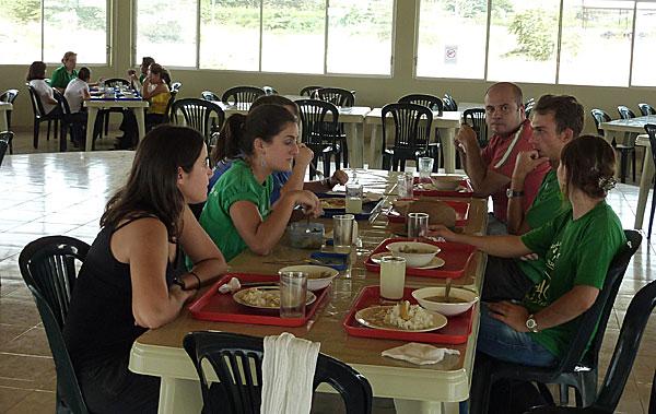 volontaires-inigo-prennent-repas-dans-le-refectoire-disegne-par-jean-marc-en-equateur