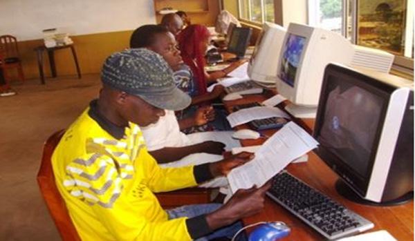 étudiants à l'intérieur du CREC. Centre animé et crée par les Jésuites du Bénin